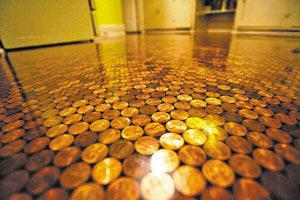 Британец сделал пол в доме из монет
