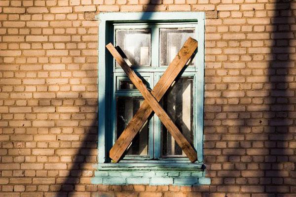 Дивляться хатки забитими вікнами на цей безлад...