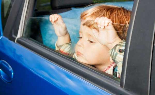 дитина в автомобілі