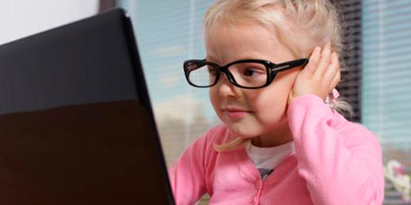 дитина за компютером