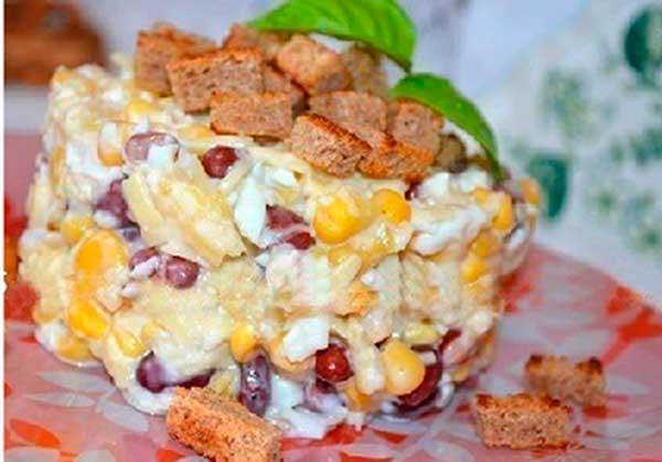 Салат із часниковими сухариками