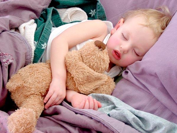 малюк спить у власному ліжку