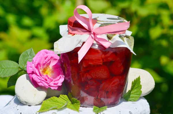 Варення з полуниці з пелюстками троянд