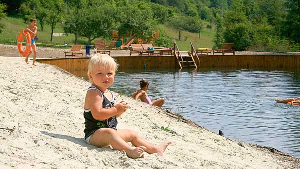 діти біля води