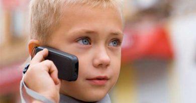 дитина телефонує