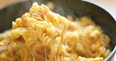 Макарони під сметанно-томатним соусом з сиром