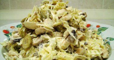 Салат із сиром, грибами, яйцями й огірками