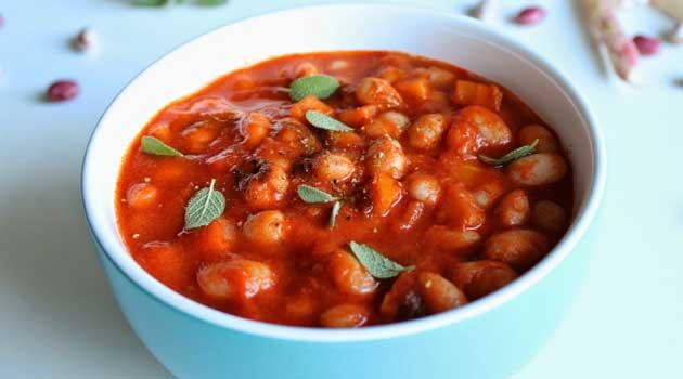 Квасоля, тушкована у томатному соусі