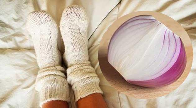 Покладіть цибулю у шкарпетку