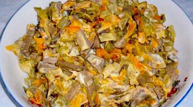 Салат із курячою печінкою й огірками
