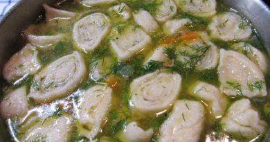 Курячий суп із часниковими галушками-рулетиками