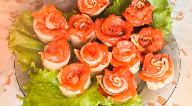 Троянди з тонких млинців із сьомгою