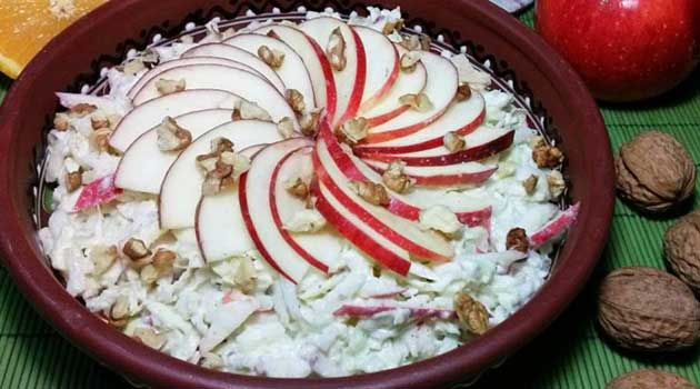 Салат із капусти, яблук та волоських горіхів