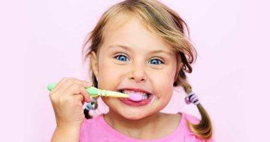 Маленькі діти чистять зуби