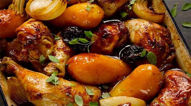 Курячі крильця з картоплею і чорносливом