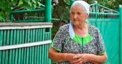 Бабуся у хустині