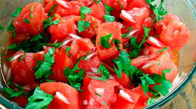 Салат з помідорів із часником