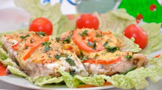 Товстолобик, запечений з сиром і помідорами