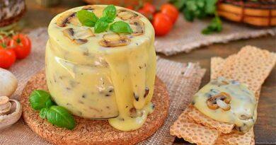 Домашний плавлений сир з грибами