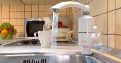 Проточний водонагрівач на кухні