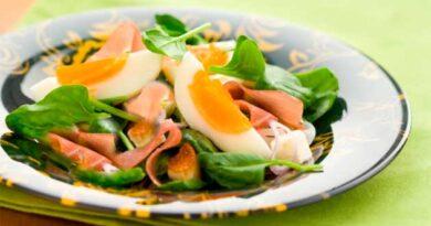 Салат із беконом та шпинатом