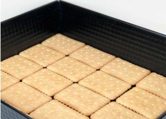 Дно форми вистеліть печивом