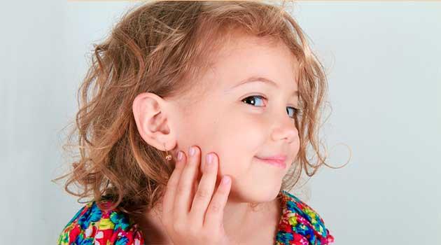 Перші сережки для дівчинки