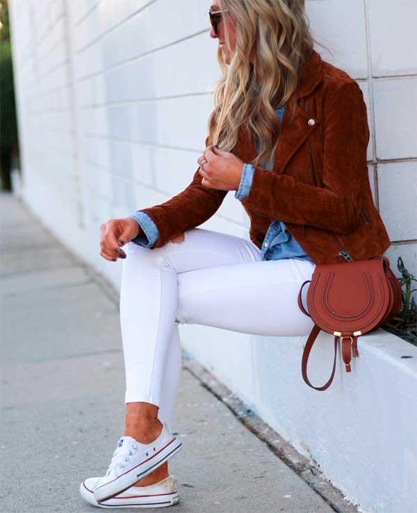 Бежевий тренч з білими джинсами