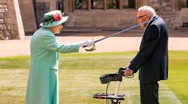 Королева Єлизавета II посвятила в лицарі Тома Мура