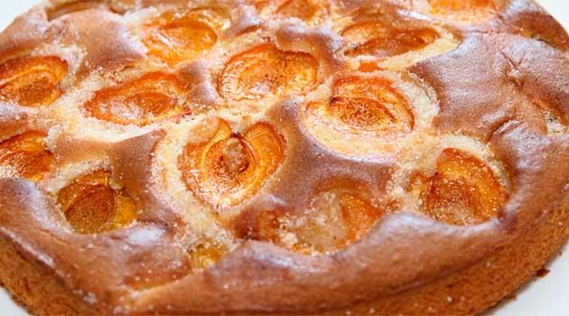 Шоколадний пиріг з абрикосами