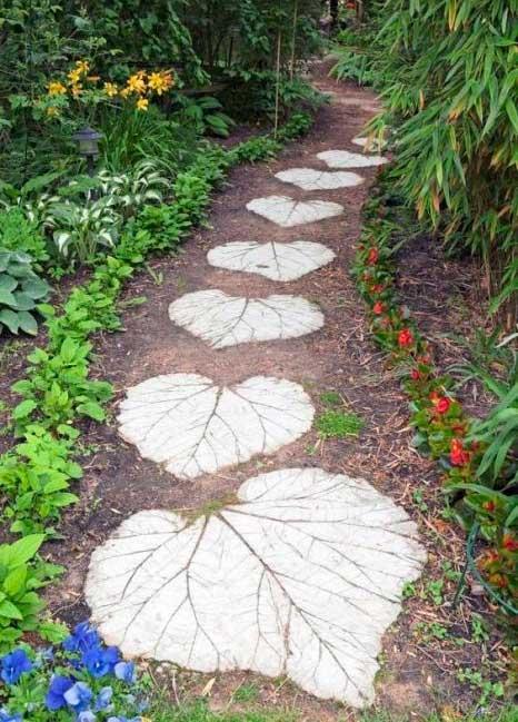 Садова доріжка у вигляді листків