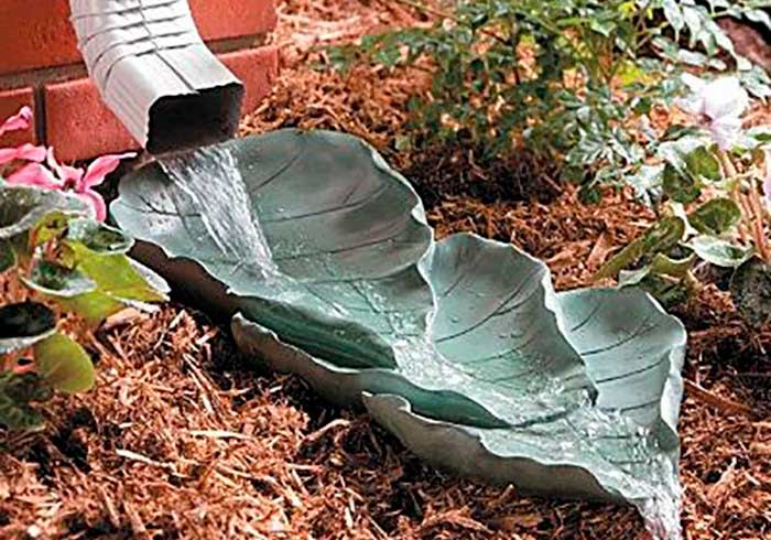 Злив води під стічними трубами, декорований листками