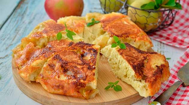 Яблучний пиріг на сковороді