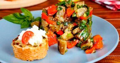 Салат із баклажанів із часниковим хлібом