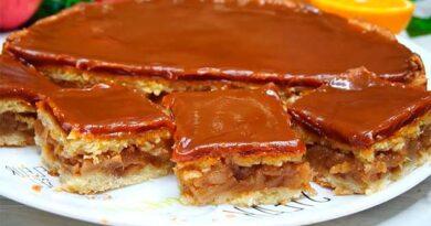 Яблучний пиріг у карамелі