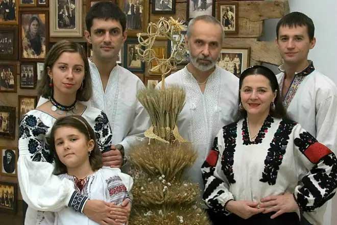 Ніна Матвієнко разом з сім'єю