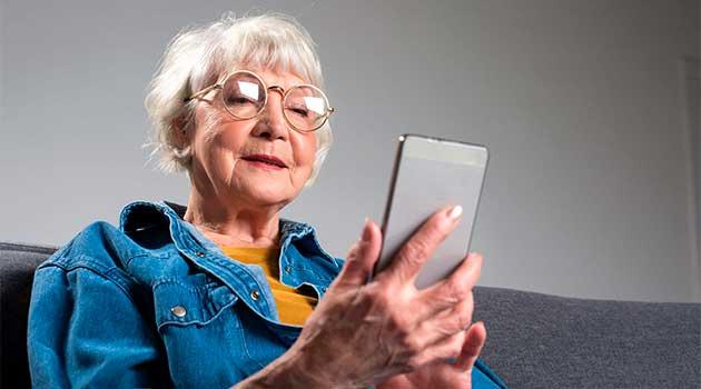Бабуся за смартфоном