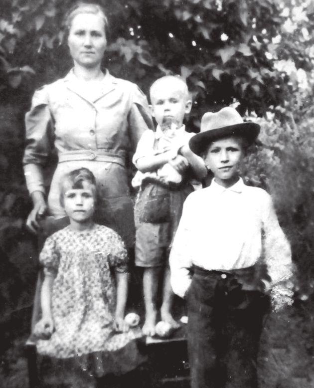 Онися Макей зі своїми дітьми