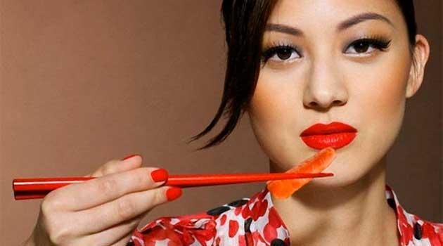Японки їдять за допомогою палочок