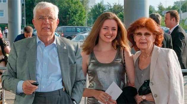 Раймонд Паулс з дружиною і внучкою Монікою