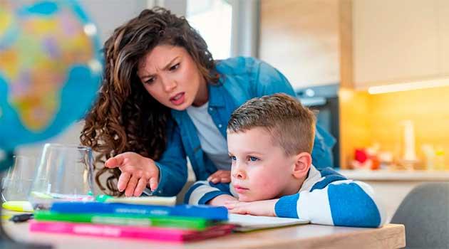 Дитина не хоче робити уроки без мами