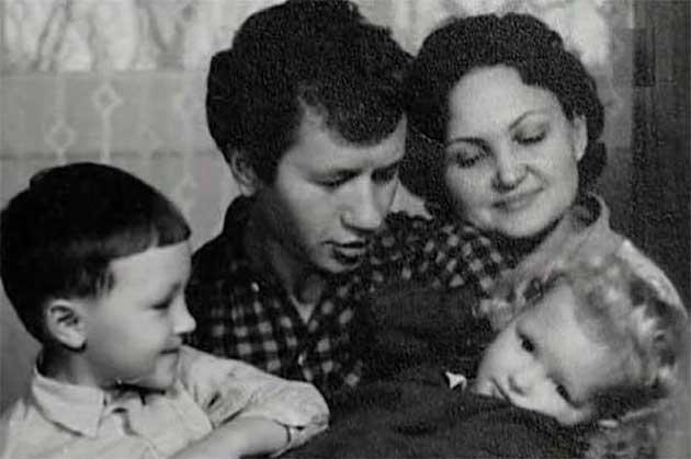 Леонід Биков з дружиною і дітьми