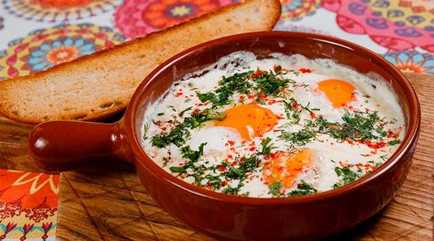 Сніданок з яєць і сметани