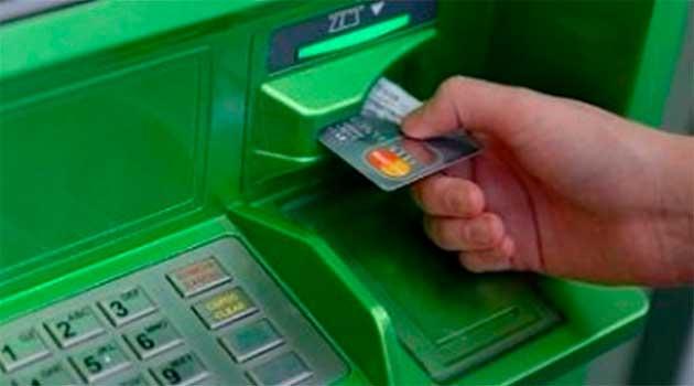 Пенсіонерів мають перевести на банківські картки