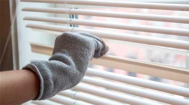 Легко помити жалюзі за допомогою бавовняної рукавички