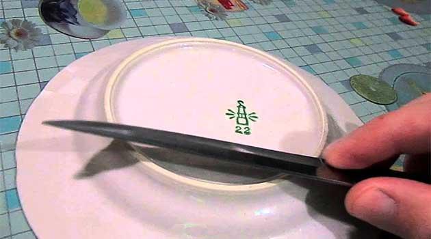 Як заточити ніж об обідок тарілки