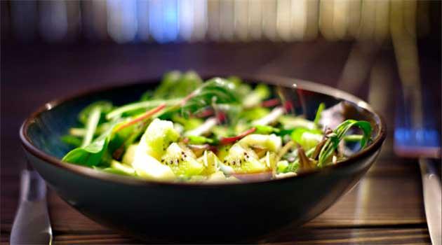 Зелений салат з яблуком
