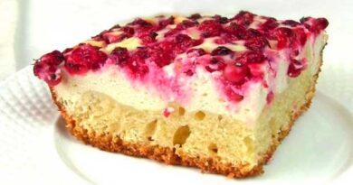 Сирний пиріг із червоною смородиною