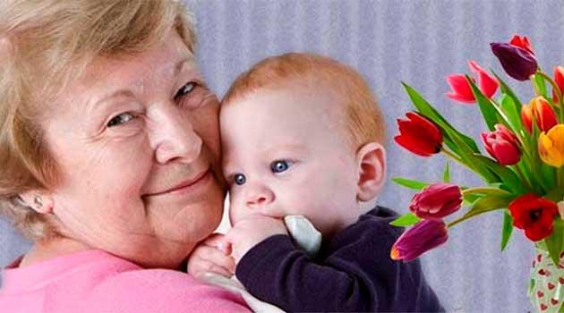 Бабуся доглядає онука