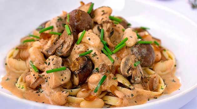 Білі гриби у сметанному соусі з овочами